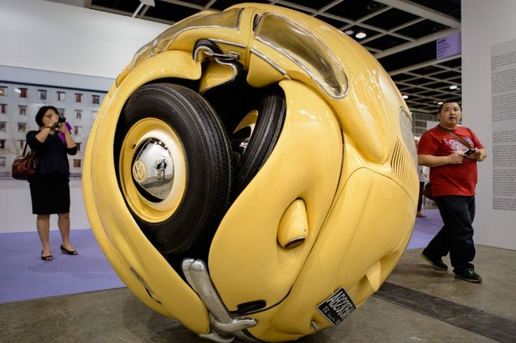 Индонезийский скульптор Ишван Нур (Ichwan Noor)  Beetle Sphere, представляющую собой автомобиль Фольксваген Жук 1953 года, спрессованный в форме шара.  http://funlol.ru/13939-sfera-iz-folksvagen-zhuk.html9962.jpg