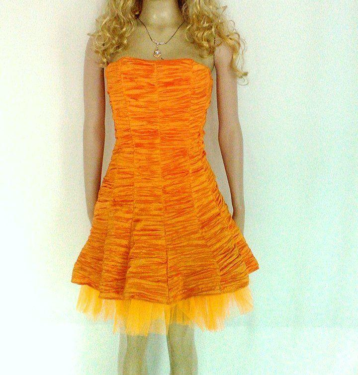 Vestido corto color naranja, en tafetán, strapless y falda con tul.