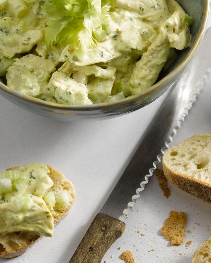 De lekkerste kip-curry salade, die maak je zelf. Heerlijk op een boterhammetje of een stukje ciabatta.
