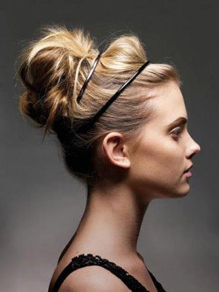 Любите небрежные прически? Тогда вам понравится такой пучок, собранный на голове и украшенный двумя тонкими обручами.