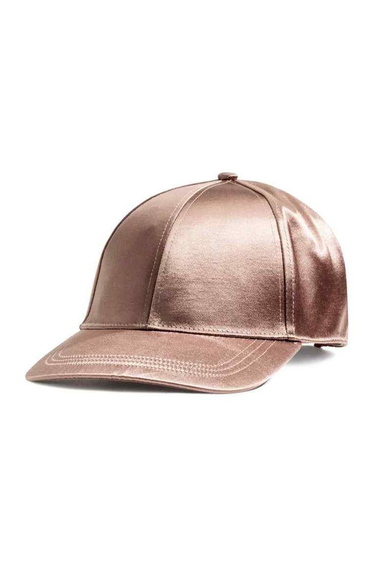 Gorra de satén: Gorra de satén. Cierre ajustable en piel sintética detrás con botones de presión.