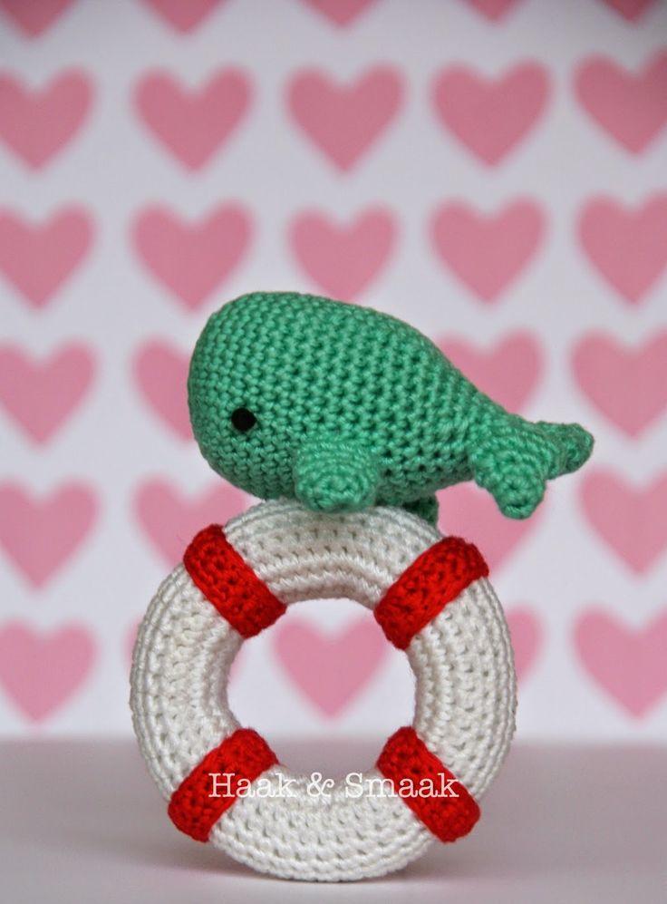 Free crochet baby toy pattern http://haakensmaak.blogspot.nl/2014/12/walvis-rammelaar-patroon.html