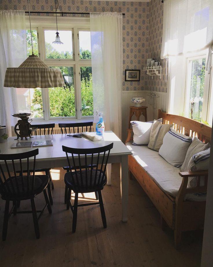 Fönstertvätt i matrummet på agendan..Till tonerna av Julio Iglesias på hög volymVad är det här för musik sa Peter och flydde utomhus Synd att han inte delar min smak för riktiga smörsånger Ha en fin tisdag☀️ #fönsterputs #fönster #fönstertvätt #matrum #gamlahus #ikkunat #windows#lillaåland #gamlamöbler#boråstapeter