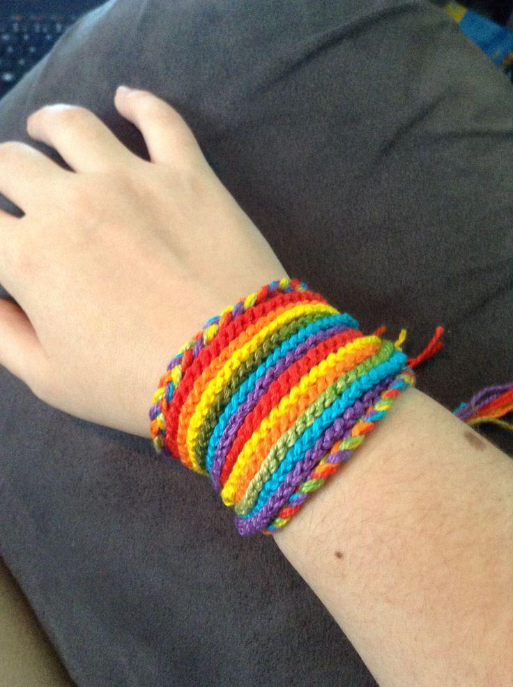 Pulseira, colar ou faixa para cabelos arco íris de crochê.