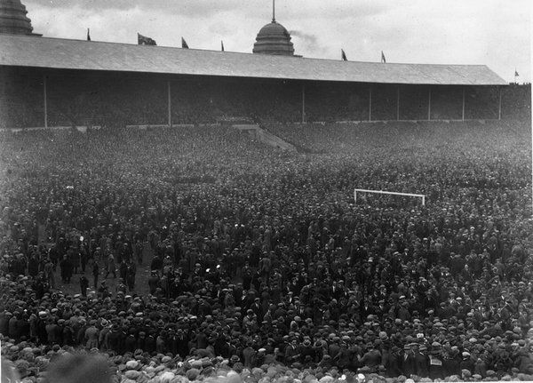 Over 200,000 fans at the 1923 FA cup final between West Ham & Bolton, the 1st football match at Wembley. #oldlondon #London