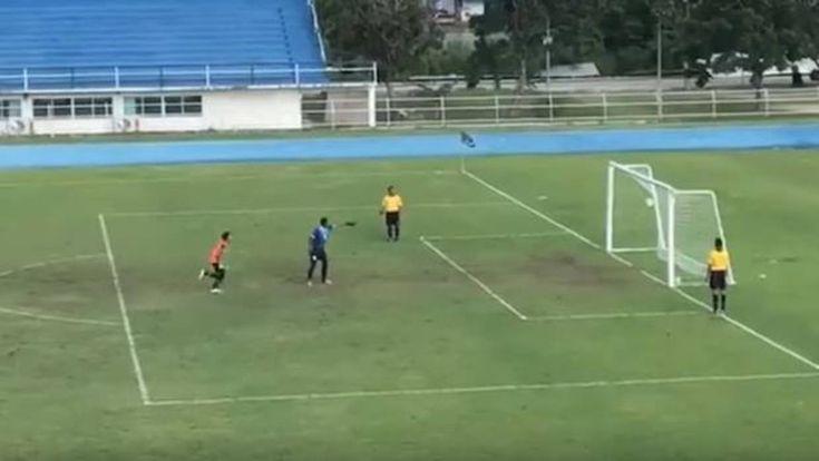 La carambola más increíble decide una tanda de penaltis agónica http://www.abc.es/deportes/futbol/abci-carambola-mas-increible-decide-tanda-penaltis-agonica-201710231955_noticia.html