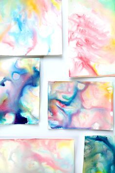 Experimento de pintura abstracta con leche y jabón