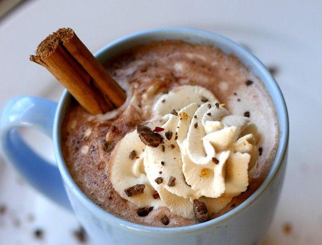 Μια ζεστή σοκολάτα ειναι οτι πρεπει για τις κρύες νύχτες !Μια σοκολατα μεmarshmellowειναι πειρασμος!!!! Απολαυστικές συνταγές για τα πιο γευστικες, σοκολατες που πάνε τέλεια με τζάκι και χουχουλιασμα στο καναπε με κουβερτουλα!  Ζεστή σοκολάτα μενουτέλα Για μία μεγάλη κούπα σοκολατένιου ροφήματος, θα χρειαστούμε 3 κουταλιές της σούπας Nutella, 1 και 1/3 κούπες γάλα (ή …
