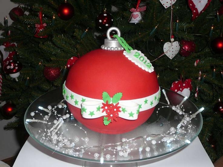 gewoon 2 bol taarten (blanda schaal Ikea 20cm), deze gevuld afgesmeerd en bekleed, even (koel, maar niet in de koelkast) laten staan zodat het fondant wat harder wordt, 1 taart op zijn kop gezet, een paar douwels in het midden er in gezet, toen de bovenste taart (die op een taart karton staat) er bovenop gezet en daarna versierd en rand afgewerkt met een strik erom heen. Toen alleen nog een bovenste dingetje met oogje (van te voren geknutseld, hard laten worden en zilver geverfd) er op gezet…