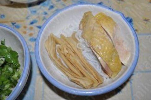 Bước 4 dậy nấu bún măng gà: Lấy bún ra tô, (hoặc bạn có thể thay bằng miến tùy ý thích), xếp thịt gà, măng lên trên. http://daynauan.net/cach-nau-bun-mang-ga-ngon-va-bo/