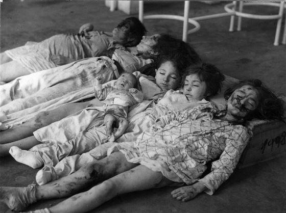 Parecen muñecas rotas y sucias apiladas en el suelo, pero no lo son. Son un grupo de niñas, víctimas de un bombardeo en Zaragoza en marzo de 1937.