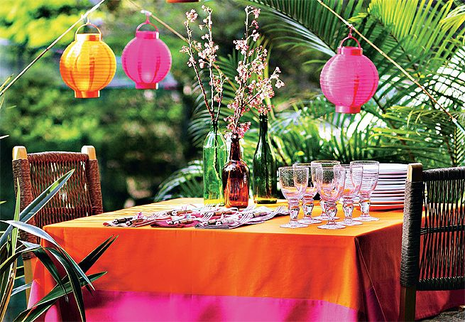 Lanternas penduradas em varas de pesca de bambu em torno da mesa, mudam a cena