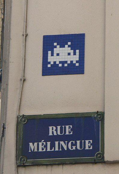 La rue Mélingue et son Space Invader  (Paris 19ème)