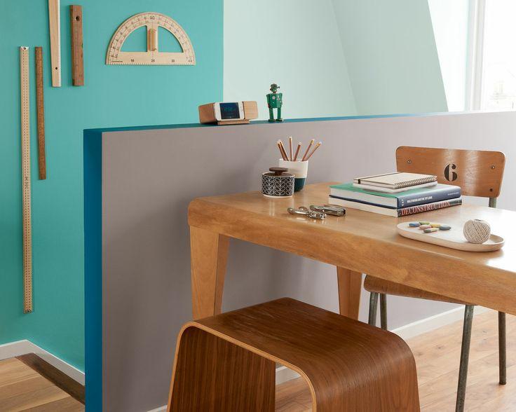 Puisez l'inspiration dans un décor de bois chaud et de vert frais. Le vert jade lumineux dynamise ce bureau neutre pour en faire un espace de travail stimulant et propice à la concentration.