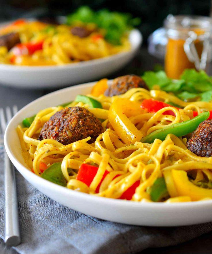 Esta receta de rasta pasta es una bomba de sabores. Servida con albóndigas veganas de nuez y pimientos crujientes en una salsa cremosa de coco y curry.