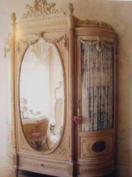 What cool Victorian vintage wardrobe!