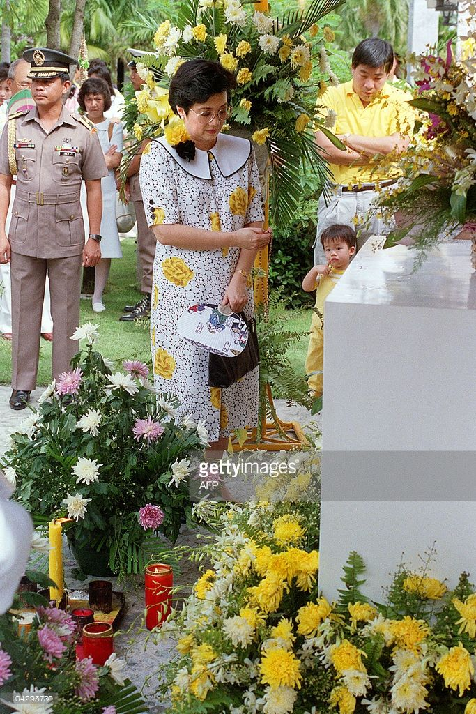 Philippines' President Corazon Aquino prays before the tomb of her slain husband, opposition leader and Senator Benigno S. Aquino, on August 21, 1988 at a private cemetery in suburban Manila on the occasion of the fifth anniversary of his unsolved assassination on August 21, 1983. AFP PHOTO / ROMEO GACAD
