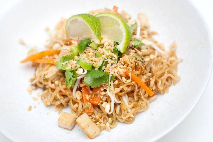 En av verdens mest delikate retter – nå i vegansk form. Pad Thai er en rett som består av stekte eller wokede nudler, vanligvis servert med egg og fiskesaus, samt tamarind, chili, bønnespirer og kjøtt eller tofu. Retten toppes vanligvis med knuste peanøtter, koriander og limebåter. Retten er for tiden oppført som nummer fem blant …