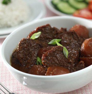 Semur daging khas Betawi ini lengkap bumbunya. Aromanya wangi dan rasa bumbunya gurih-gurih manis dan pekat. Disantap dengan nasi hangat, wouw... sedap!