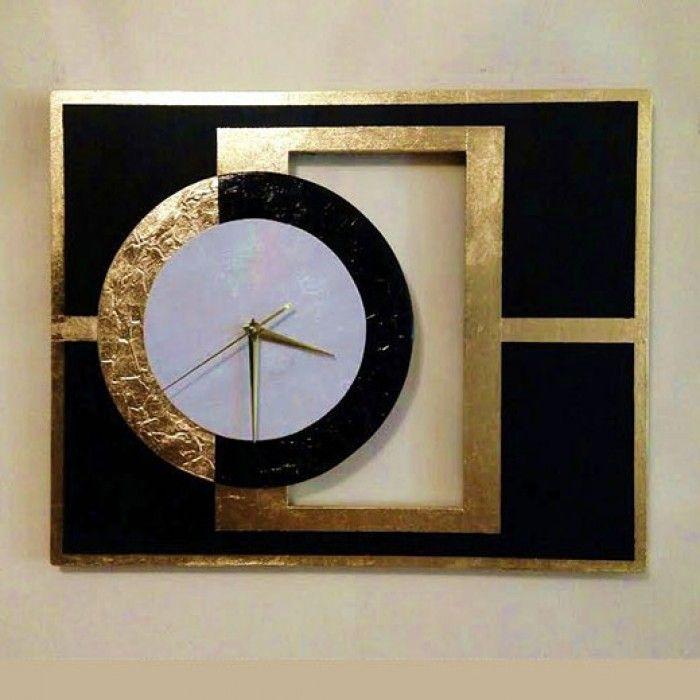 Χειροποίητο διακοσμητικό ρολόι τοίχου (classic) με ιδιαίτερο design φτιαγμένο με ακρυλικό μαύρο χρώμα, φύλλο χρυσού, πάστα διαμόρφωσης (ανάγλυφο) στον εξωτερικό κύκλο και λευκό ύφασμα Αγγλίας μπροκάρ στον εσωτερικό κύκλο. Έχει περαστεί με σατινέ βερνίκι για την προστασία του και ένα όμορφο φινίρισμα. Oι δείκτες του ρολογιού είναι μεταλλικοί και ο μηχανισμός του αθόρυβος. Διαστάσεις: 40/50cm και 70/80cm.
