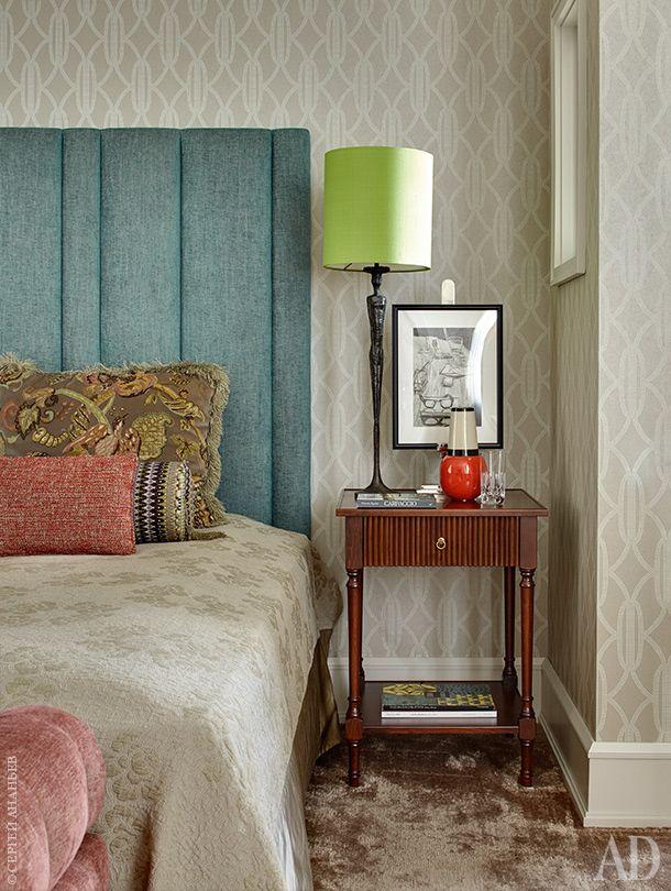 Фрагмент спальни. Кровать, The Sofa &Chair Company; лампа с основанием вдухе Джакометти, Porta Romana; обои, Mokum.