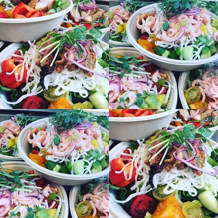 Idag har vi extra öppet! Dagens sallad med risnudlar handskalade räkor mango och avokadosalsa. Finns även med chipotle marinerad kycklinglårfilé . #lunch #sockermajas #torslanda #takeaway