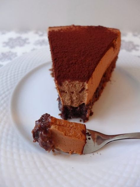 Un délicieux gâteau au chocolat léger comme un nuage qui passera très bien comme dessert de fête, même à la fin d'un repas copieux.     Com...