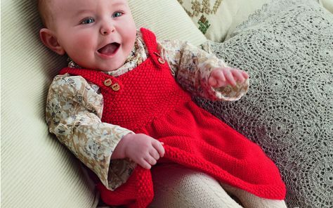 La première robe de bébé, aussi jolie qu'une robe de poupée. Facile à réaliser elle se tricote en jersey et au point de riz. Même les jeunes mamans débutantes peuvent se lancer. ...