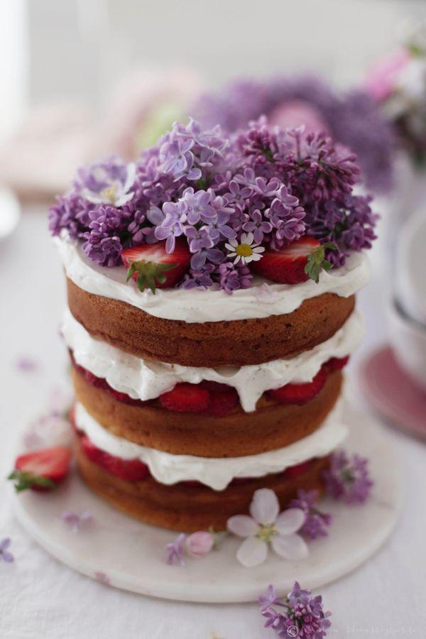 Strawberry yoghurt cake with mascarpone filling