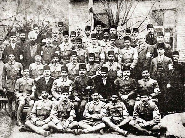Balkan Savaşları'nda Osmanlı askerlerine yardım için gelen Pakistanlı hekimler. (1912)