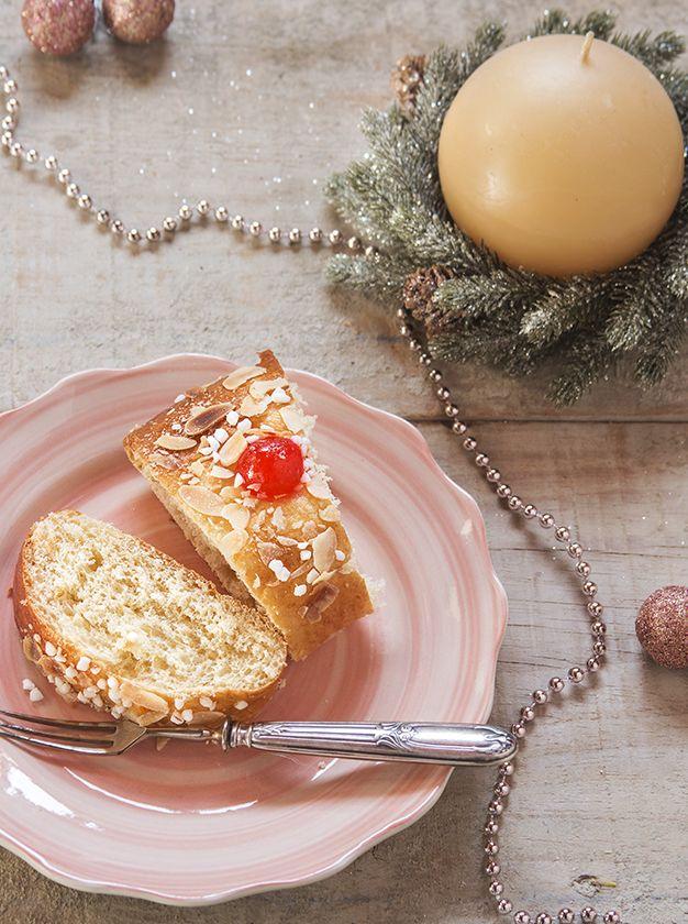 No hay nada más delicioso que una rosca de reyes rellena. Sólo necesitamos batir 5 barras de queso crema, 1 chorrito de Vainilla Molina y 8 cucharadas de azúcar.   Finalmente rellenamos la rosca y disfrutamos. ¡Te encantará!