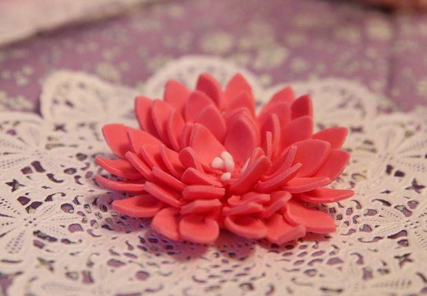 Une fleur géante Pour réaliser un camélia en pâte à sucre, découvrez notre tutoriel vidéo et décorez vos gâeaux de jolies créations, très girly.
