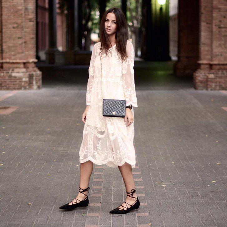 Une Robe Féminine en Dentelle et des Chaussures Plates