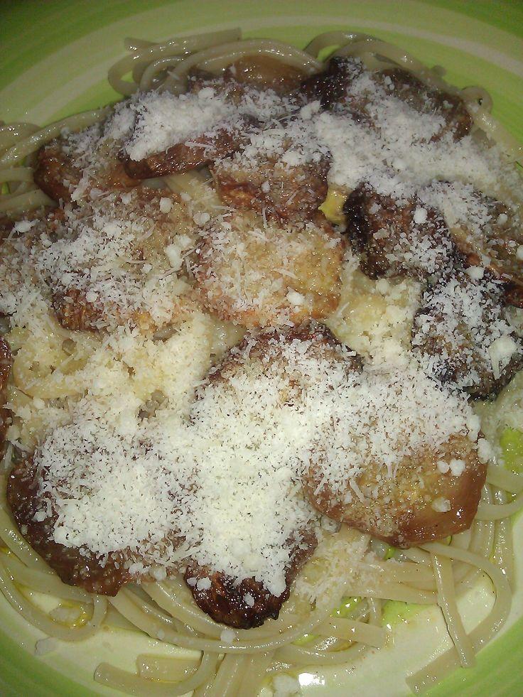 Chi di voi non conosce questo piatto semplice e gustoso?(pasta ca cucuzza fritta) dalle mie parti in estate, ci facciamo delle abbuffate, periodo in cui