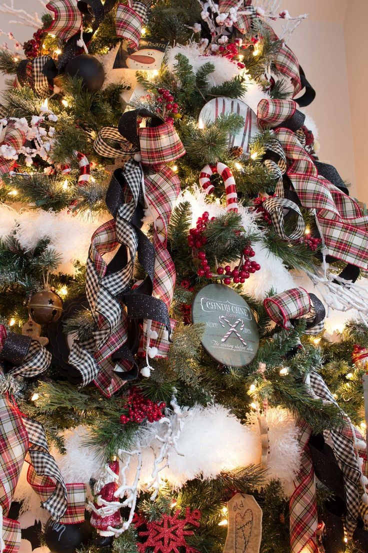 A Nostalgic Farmhouse Style Christmas In The Canadian Suburbs Farmhouse Christmas Decor Christmas Tree Decorations Farmhouse Christmas Tree