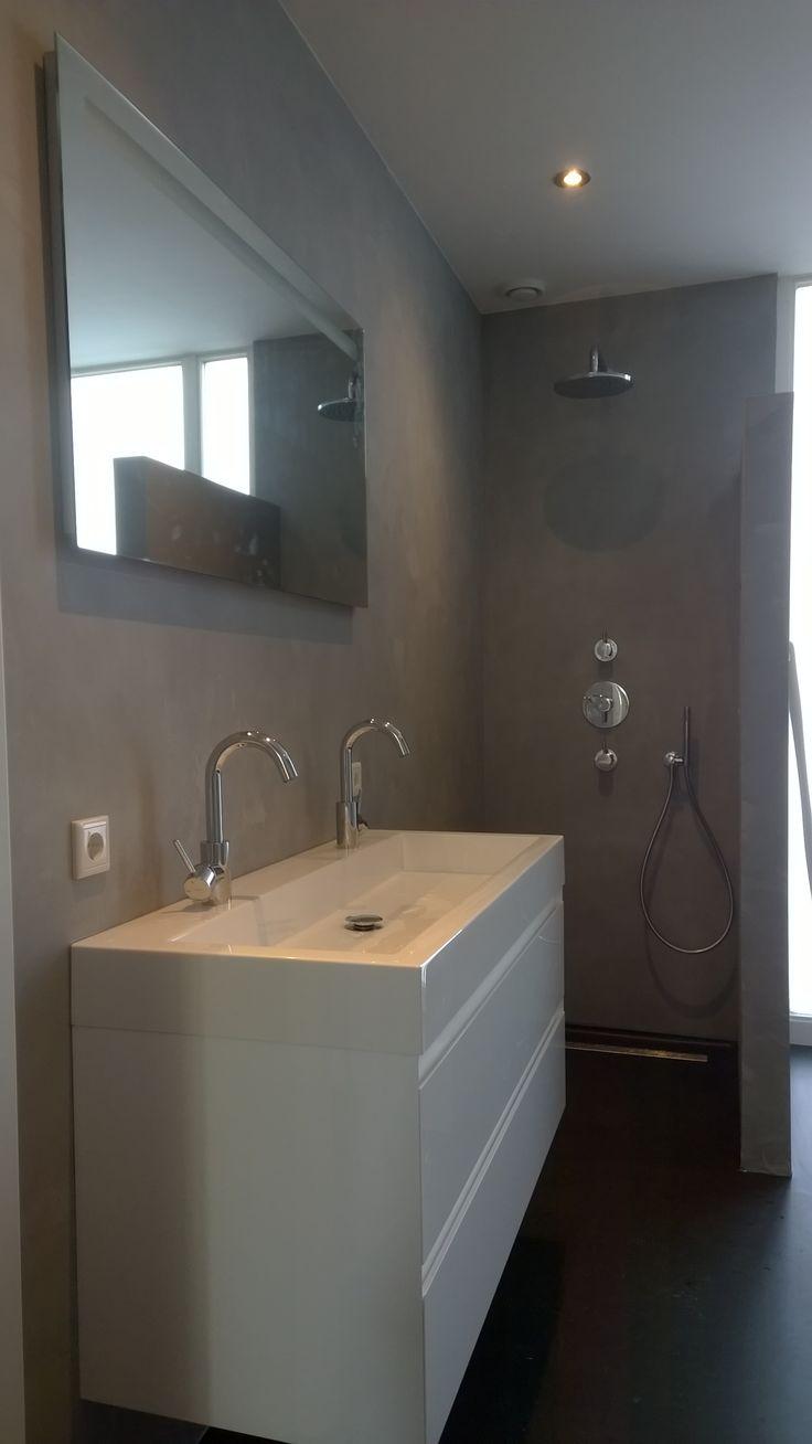 Deze badkamer is afgewerkt met een betonlook/betonstuc. Het stucwerk wordt afgelakt met een speciale lak, zodat water geen kans krijgt om de wanden aan te tasten.