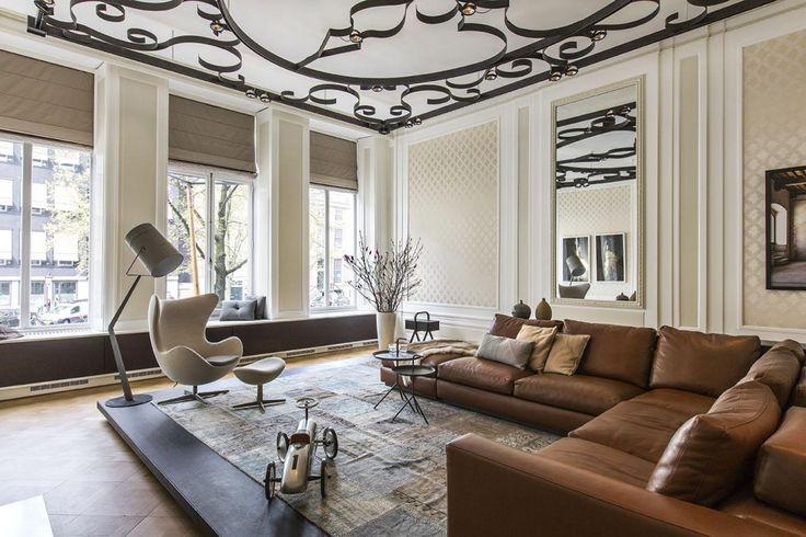 De versieringen op de muur en op het plafond zijn heel klassiek, maar wel op een…