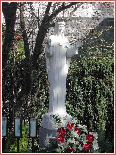 """Beauraing_statua: la Vergine dal """"Cuore d'oro"""""""