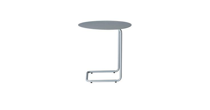 Kenyon Yeh har med Mera skabt et smart sidebord i lakeret stål. Bordet er let at flytte rundt og kan skubbes ind over de fleste sofaer. Så bliver Mera et nemt sted at stille kaffekoppen og den bærbar computer.