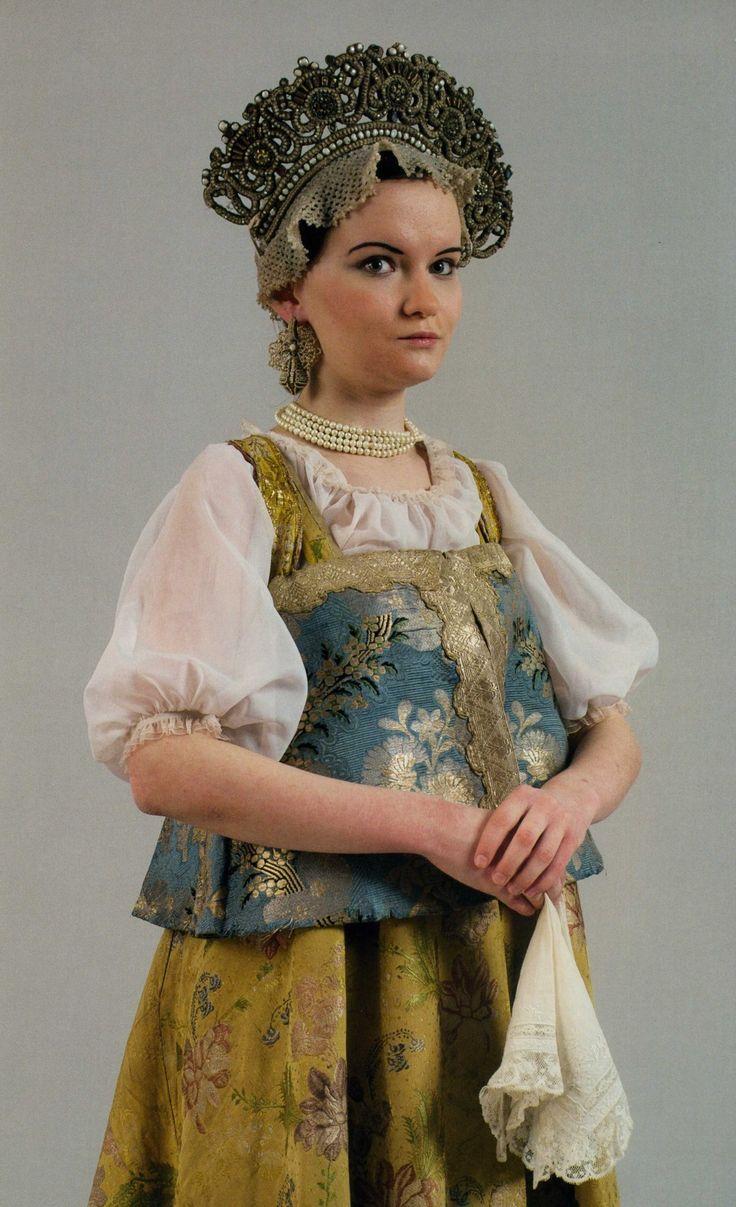Девичий праздничный костюм. Конец XVIII века. Венец, поднизь, душегрея, сарафан