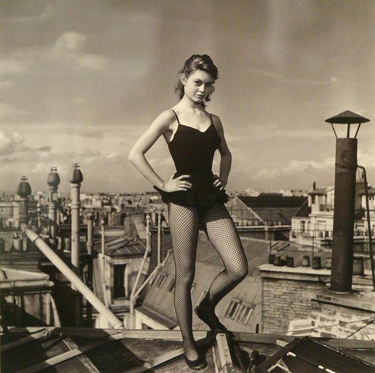 Фотография Вальтера Карона Бриджит Бардо танцующая на крышах Парижа. Май 1952
