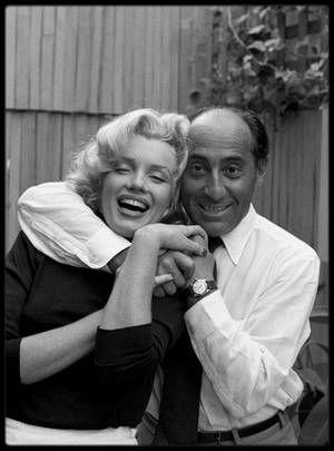 """Mai 1953 / Dear """"Eisie"""" / Doheny Drive, Marilyn et """"Eisie"""" (voir article ci-dessous) / MINI-BIO / Date de naissance : 6 décembre 1898, à Dierschau (Tczew), Pologne.  Date de décès : 24 août 1995, à New York. Il fit ses premières photographies à l'âge de treize ans avec un appareil Kodak qu'on lui avait offert. Pendant le période d'inflation qui suivit la Première Guerre Mondiale, il commença par gagner sa vie comme vendeur de ceintures et de boutons pour une firme berlinoise. Pendant son…"""