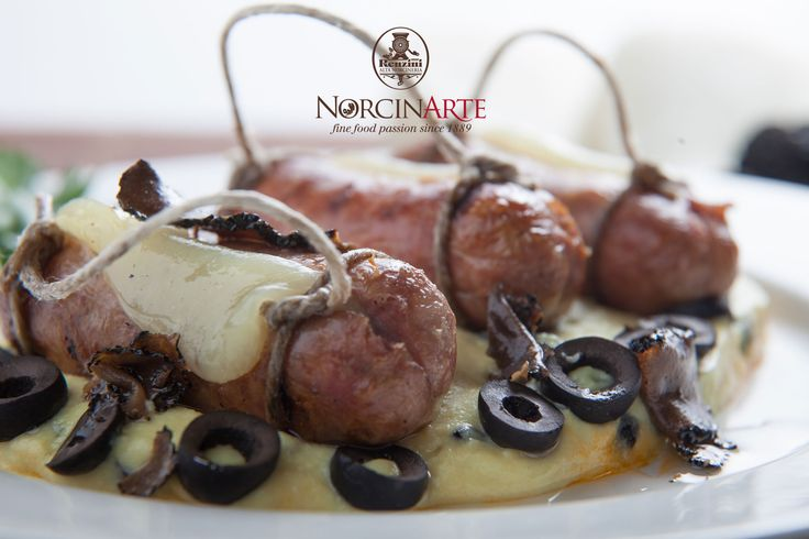 Salsicce con puré di patate al tartufo e olive//Sausages and mash with black truffle and olives