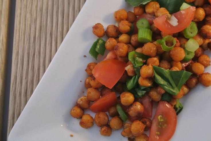 Een heerlijke vegetarische salade met geroosterde kikkererwten uit de oven, bosui, cherrytomaatjes en verse basilicum. Echt een aanrader om eens kikkererwten met kruiden uit de oven te bereiden, niet alleen lekker in een salade maar ook om zo op de snoepen. Tijd: 5 min. + 20 min in de oven Recept voor 2 personen Benodigdheden:...Lees Meer »