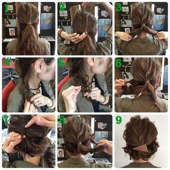 上の三つ編みアレンジのアレンジの手順をご紹介します。 ①耳上を1つに結びます。②トップを所々引っ張り出してほぐします。 ③結んだ髪も含めて2つに分けます。④それぞれ三つ編みします。 ⑤三つ編みを少しずつつまみ出してほぐします ⑥左の三つ編みは左耳の辺りに持ってきて、毛先を折り込みます。 ⑦ピンで固定します。⑧右の三つ編みは右耳の辺りで毛先を折り込んでピンで固定します。⑨ゴムの所にバレッタ等をつけて完成です!