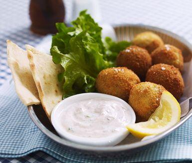 Gör din egen falafel! Den smakrika rätten har sitt ursprung i Mellanöstern, och består av friterade kikärtsbollar och tahinisås. Servera i ett nygräddat pitabröd.