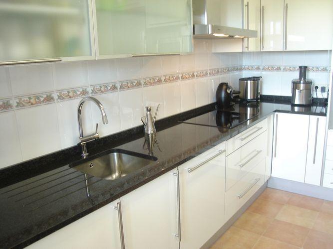 Dise o de cocinas dise o de cocinas en grinon atenas for Encimera de cocina lacada en blanco negro
