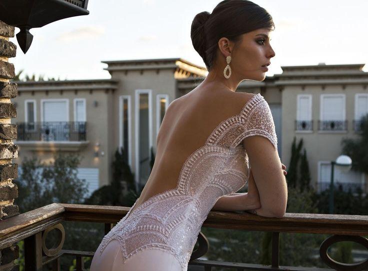 Открытая спина в свадебном платье с фестонами