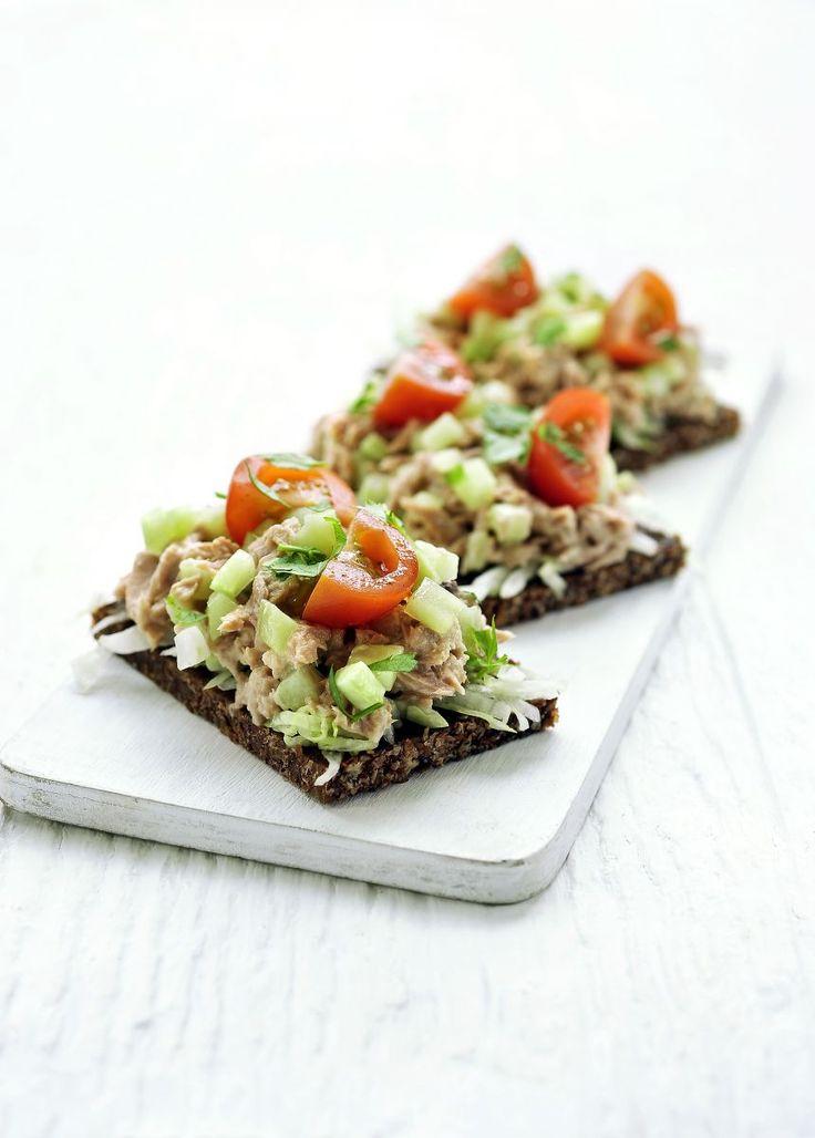 Pumpernickel met gezonde tonijnsalade http://www.njam.tv/recepten/pumpernickel-met-gezonde-tonijnsalade