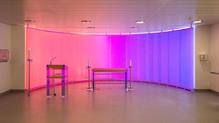Hanns Herpich, Gewebte Strukturen, Ausstellung München, Klinikkapelle Unfallkrankenhaus Murnau (2007), LED-Lichtwand aus Gewebe und Acrylglas, Foto: Richard Beer